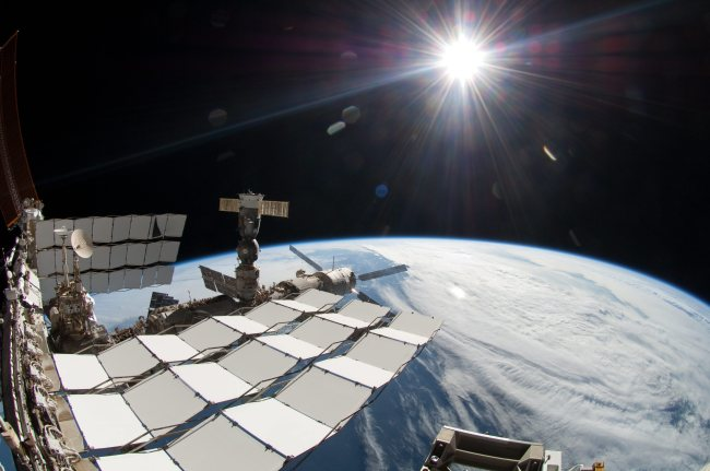 This undated file image provided by the European Space Agency ESA on Wednesday April 3, 2013 shows the International Space Station in the sunlight. A $2 billion cosmic ray detector on the International Space Station has found the footprint of something that could be dark matter, the mysterious substance that is believed to hold the cosmos together but has never been directly observed, scientists say. (AP-Yonhap News)