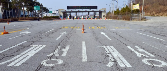 The road leading to Gaeseong remains vacant Monday as North Korea blocked South Korean workers and cargo for a sixth consecutive day. (Kim Myung-sub/The Korea Herald)