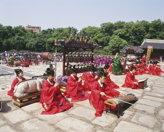 Music for religious rites is performed at Jongmyo. (Korea Tourism Organization)