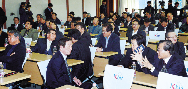 Representatives from South Korean companies with factories in Gaeseong Industrial Complexin North Korea discuss measures against the North's withdrawal of its workers from the joint business zone in a meeting in Seoul on Tuesday. (Chung Hee-cho/The Korea Herald)
