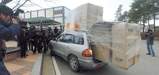 A vehicle overloaded with materials returns to South Korea from the Gaeseong industrial complexon Tuesday. (Yonhap News)