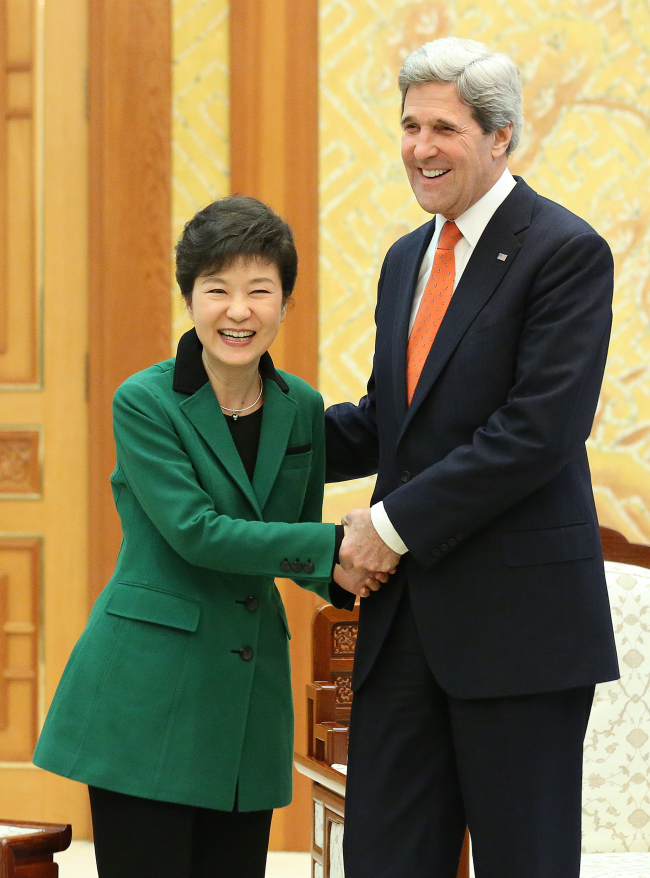 President Park Geun-hye (left) shakes hands with visiting U.S. Secretary of State John Kerry in presidential office Cheong Wa Dae in Seoul on Friday. (Joint Press Corp.)