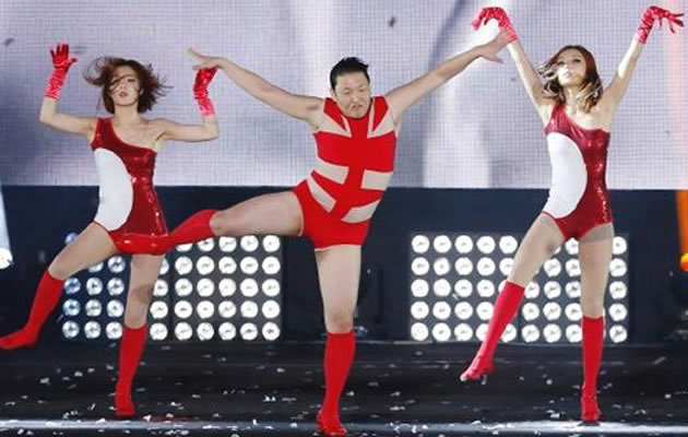 Psy in Beyonce`s costume