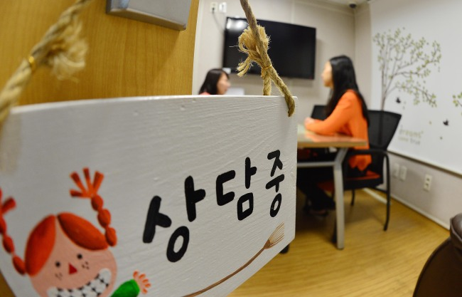 Two women talk at the Sun-Flower Women and Children's Center located at Seoul National University Hospital near Hyehwa Station in Jongno-gu, Seoul. (Lee Sang-sub/The Korea Herald)