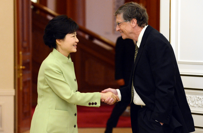 President Park Geun-hye shakes hands with Microsoft chairman Bill Gates at Cheong Wa Dae on Monday. (Chung Hee-cho/The Korea Herald)