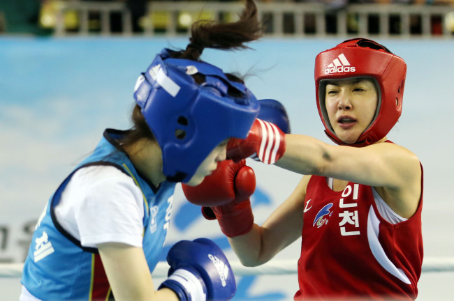 Lee Si-young (right) throws a punch on Wednesday. (Yonhap News)