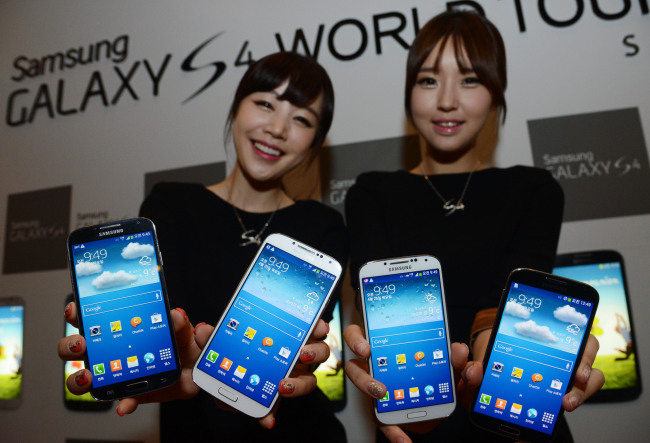 Models show Galaxy S4, the latest smartphone of Samsung Electronics, at a launch event in Seoul on Thursday. (Chung Hee-cho/The Korea Herald)