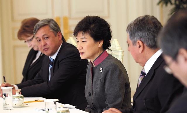 President Park Geun-hye speaks during a meeting with ambassadors from Pakistan, Kyrgyzstan, Turkey, Ukraine, Belarus, Kazakhstan, Georgia and Bulgaria at Cheong Wa Dae on Friday. (Chung Hee-cho/The Korea Herald)