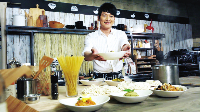 Actor Seo Tai-hwa chats with guests and serves them noodle-based dishes on his eponymous food program. (Olive)