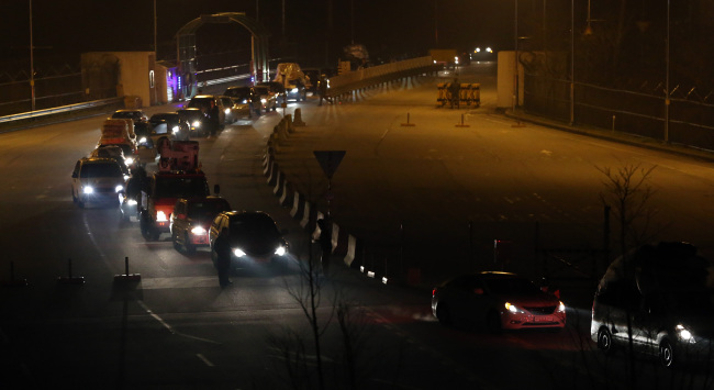 Vehicles of South Korean companies pass the customs, immigration and quarantine office of South Korea in Paju, Gyeonggi Province, Tuesday as they return from the Gaeseong industrial complex. (Yonhap News)