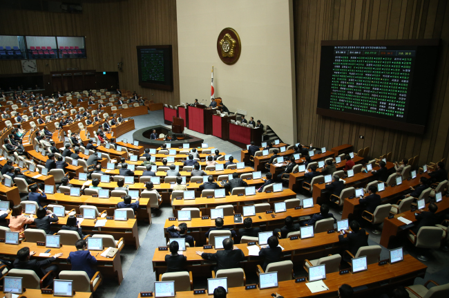 Lawmakers vote on bills during a plenary session at the National Assembly on Tuesday. (Yonhap News)
