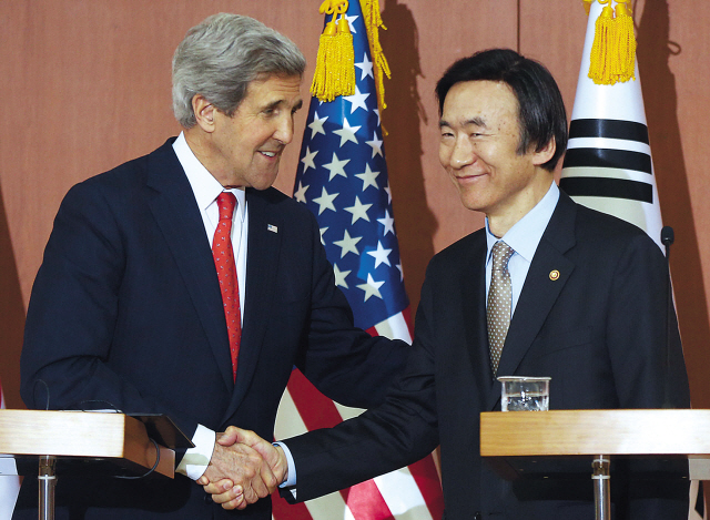 Foreign Minister Yun Byung-se and U.S. Secretary of State John Kerry hold a news conference in Seoul on April 12. (Yonhap News)