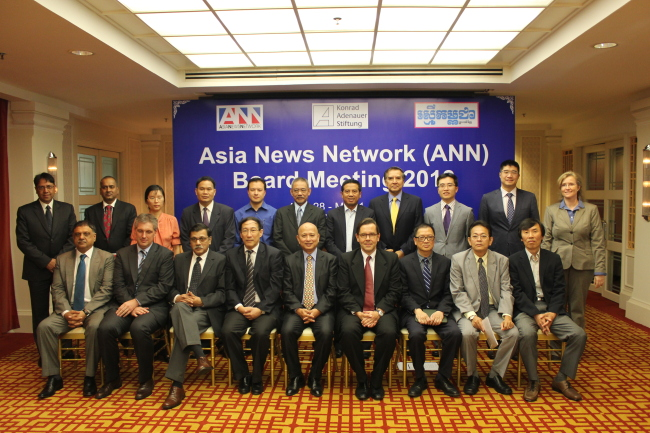 """ANN editors pose with Cambodian Senior Minister Om Yin Tieng (center in the front row) at the """"Social, Mobile and always Interactive: How to attract Asia's Y Generation for Political Participation and National Development"""" conference organized by the Konrad-Adenauer-Stiftung and Rasmei Kampuchea in Phnom Penh, Cambodia, on April 29. On the far right in the first row is Yu Kun-ha, chief editorial writer of The Korea Herald. (Asia News Network)"""