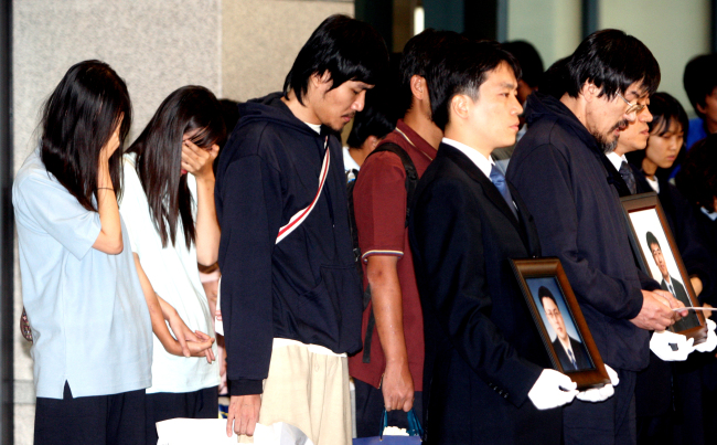 Surviving Korean Christian missionaries released from Taliban hostage takers in Afghanistan stand together during a press briefing upon their arrival at Incheon International Airport in August 2007. (Herald file photo)