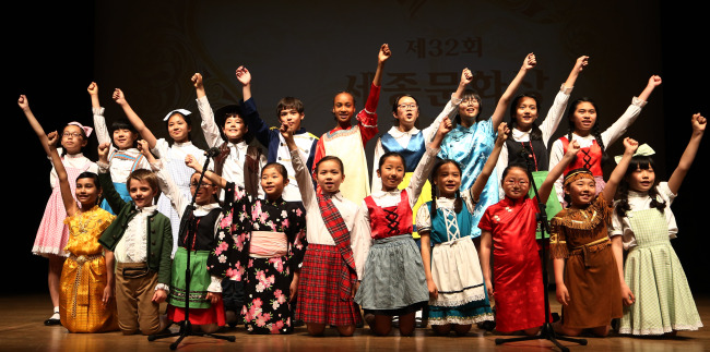 A choir of children with multicultural backgrounds performs at the 32nd Sejong Cultural Award held in Seoul on Monday to commemorate the creation of the Korean writing system, Hangeul, and promote Korean culture. (Yonhap News)