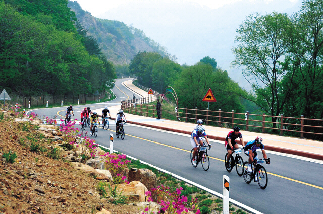 Participants in the DMZ Rally Peace Bike Competition cycle in Hwacheon-gun, Gangwon Province, earlier this month. (Yonhap News)