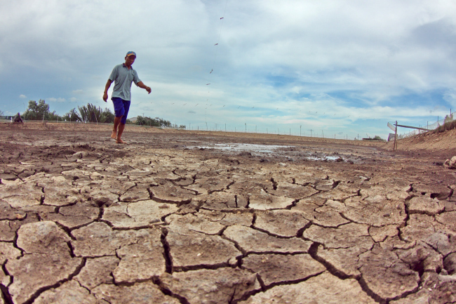A farmer walks on a dried shrimp pond in the Mekong Delta region of Vietnam, which is one of the most vulnerable locations to the impacts of climate change including severe flooding, droughts, tropical storms and erosion along the sea embankments. (Xinhua-Yonhap News)
