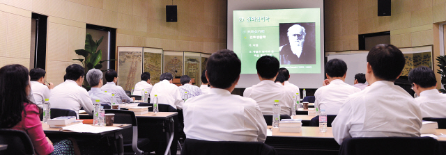 Students listen to a lecture on evolutionary psychology at Seoul National University. (Park Hyun-koo/ The Korea Herald)