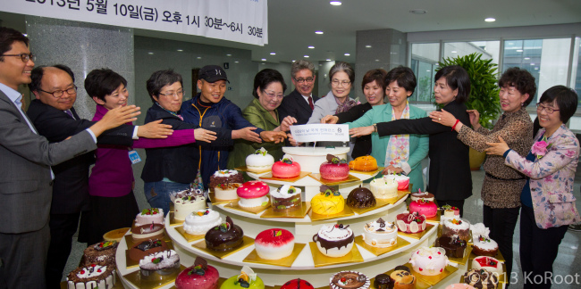 Adoptees, lawmakers and others involved in the movement to support the rights of unwed mothers and Korean adoptees take part in a cake-cutting ceremony at the Single Moms' Day International Conference on May 10 at the National Assembly. (Jes Eriksen)