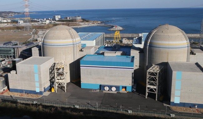 The photo shows Reactors 1 (right) and 2 at Shin-Kori nuclear power plant in Busan. Reactor 2 was suspended Tuesday due to substandard parts, while officials postponed the resumption of Reactor 1, which had been under maintenance. (Yonhap News)