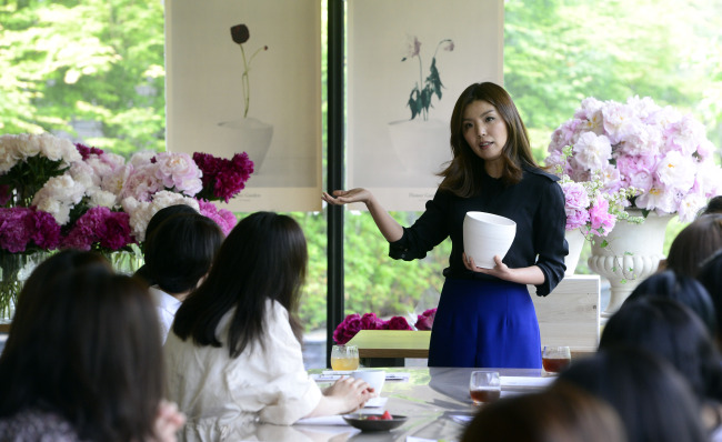 Florist Yu Seung-jae (center) gives a flower arrangement lesson using peonies at Bicena, a modern Korean restaurant, in Hannam-dong, Seoul, on May 22. (Park Hae-mook/The Korea Herald)