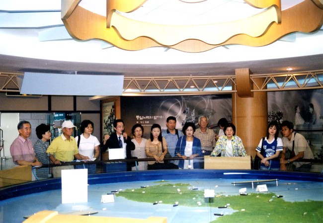 Visitors view a detailed map of the two Koreas at the Dora Observatory in Paju, Gyeonggi Province. (Panmunjom Travel Center)