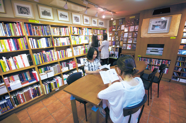 The inside view of Hank Kim's Seoul Selection Bookshop in Sagan-dong, Seoul. (Seoul Selection)