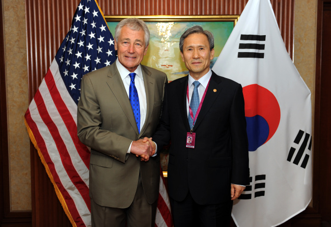South Korean Defence Minister Kim Kwan-jin and the U.S. Defence Secretary Chuck Hagel shake hands on Saturday in an agreement to maintain strong alliance at Shangri-La Dialogue held in Singapore (Yonhap News)