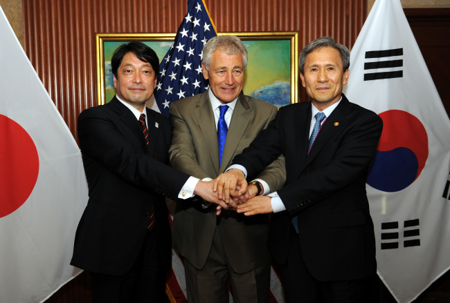 South Korean Defense Minister Kim Kwan-jin (right), U.S. Secretary of Defense Chuck Hagel (center) and Japanese Defense Minister Itsunori Onodera pose for a photo prior to their talks at the annual Asia Security Summit, better known as the Shangri-La Dialogue, in Singapore on Saturday. (Defense Ministry)