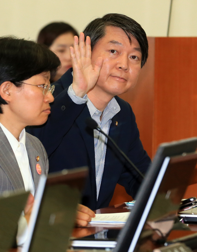 Rep. Ahn Cheol-soo raises his hand for a chance to speak as he attends a Health and Welfare Committee meeting for the first time at the National Assembly last Thursday. (Yonhap News)
