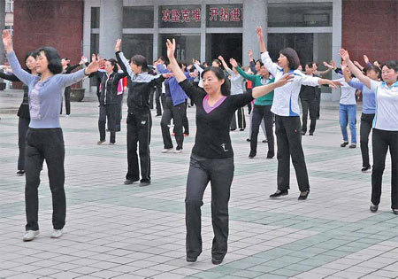 Locals of Zhouqu, Gansu province, dance during a morning session. (China Daily)