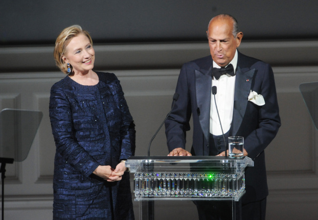 Designer Oscar de la Renta (right) speaks on stage next to former Secretary of State Hillary Rodham Clinton during the 2013 CFDA Fashion Awards at Alice Tully Hall on Monday in New York. (AP-Yonhap News)