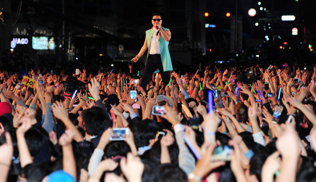 Psy performs in front of some 100,000 fans at Seoul City Hall on Oct. 4, 2012. (Chung Hee-cho/The Korea Herald)