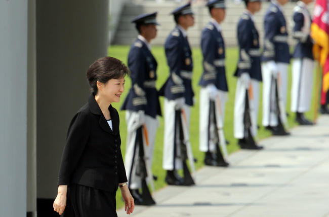 President Park Geun-hye attends the ceremony commemorating the 58th Memorial Day at Seoul National Cemetery on Thursday. (Yonhap News)