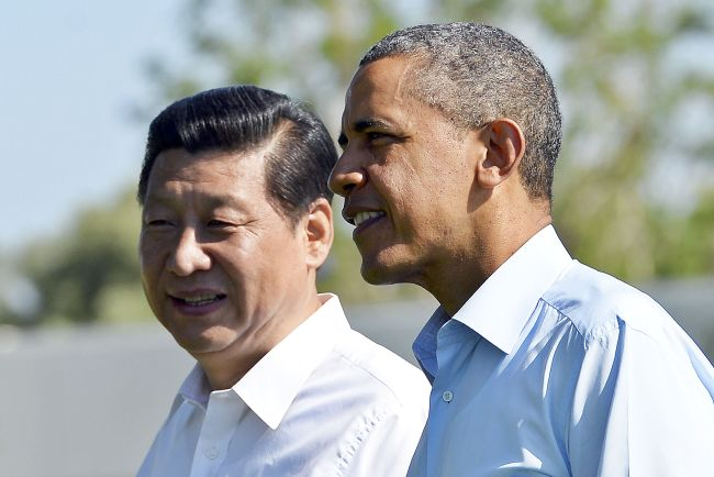 U.S. President Barack Obama (right) and Chinese President Xi Jinping take a walk at the Annenberg Retreat at Sunnylands in Rancho Mirage, California, Saturday. (AFP-Yonhap News)