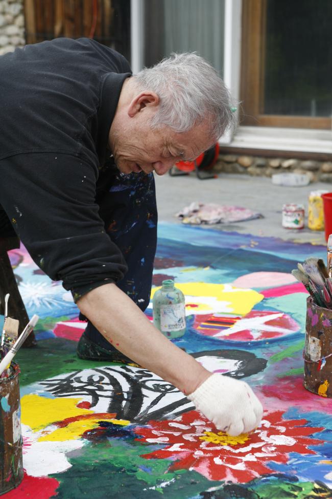 Kim Chong-hak paints at his studio. (Gallery Hyundai)