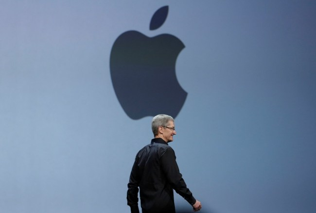 Apple CEO Tim Cook walks on stage to deliver the keynote address of the Apple Worldwide Developers Conference, Monday, June 10, 2013, in San Francisco. (AP-Yonhap News)