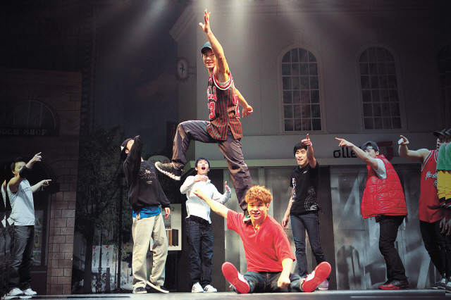 """A scene from the live b-boy performance show """"Ballerina Who Loved a B-Boy"""" (Show Bboy)"""
