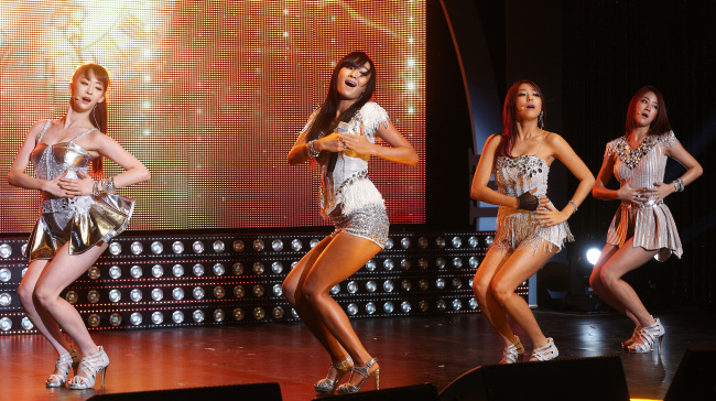 Sistar performs live at the Lotte Card Art Center in Seoul on Tuesday. ( Yonhap News)
