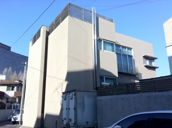 The exterior of the Seomi Gallery office in Hannam-dong, Seoul. Seomi Gallery has been investigated on suspicions that its owner Hong Song-won helped several major Korean conglomerates stash slush funds through art deals. The gallery opened in Cheongdam-dong, southern Seoul, in 2003, and moved to Gahoe-dong in northern Seoul, but after a string of allegations of money laundering, the gallery was closed and its office was moved to Hannam-dong in 2012. (Lee Young-ran/The Herald Business)