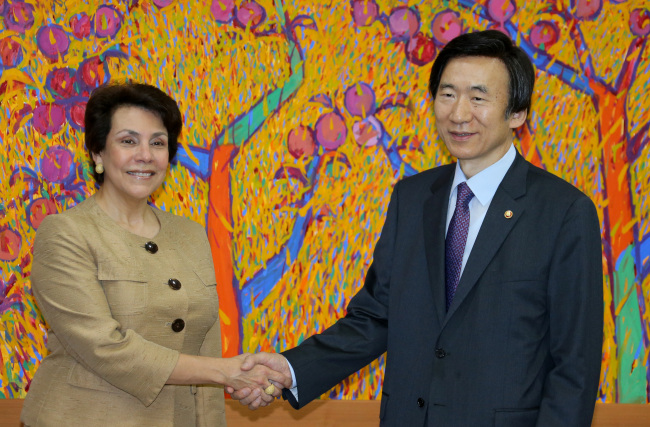 Foreign Minister Yun Byung-se (right) shakes hands with his Honduran counterpart Mireya Aguero on Wednesday. (Yonhap News)