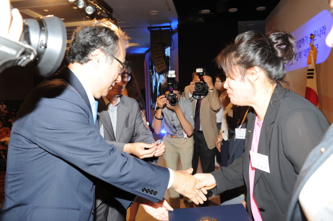You Hyun-ju receives the prime minister's award at the 17th Businesswomen's Day ceremony last Wednesday.(Yonhap News)