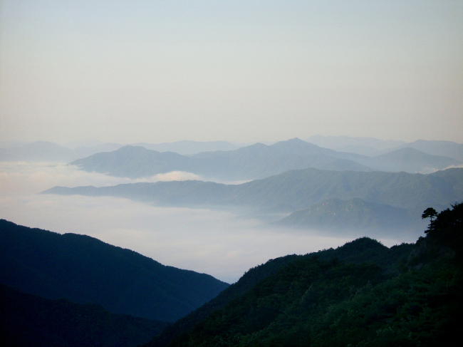 A view of the surrounding mountains from the top of Mount Jirisan. (Korea Tourism Organization)