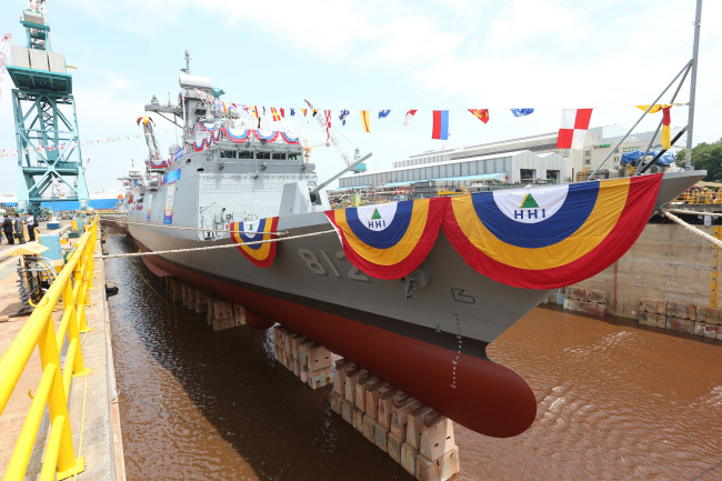 The Navy's second 2,300-ton frigate is unveiled at Hyundai Heavy's shipyard in Ulsan, Thursday. (Yonhap News)