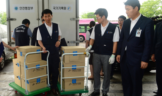 National Archives officials unload presidential records regarding the 2007 inter-Korean summit at the National Assembly on Thursday. (Yonhap News)
