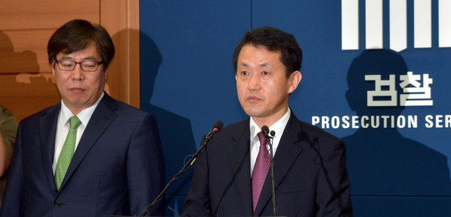 Prosecutor Park Jeong-sik (right) announces the result of an investigation into CJ Group at Seoul Central District Prosecutors' Office on Thursday. (Kim Myung-sub/The Korea Herald)