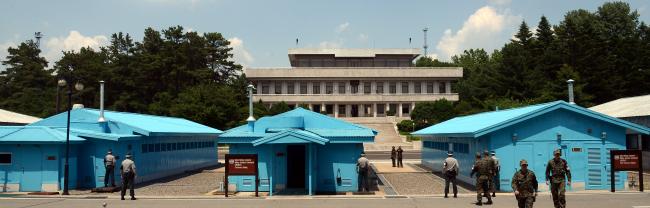 South Korean, North Koran and U.N. soldiers stand on guard at Panmunjeom. (Ahn Hoon/The Korea Herald)