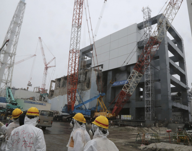 In this June 12, 2013 file photo, the steel structure for the use of the spent fuel removal from the cooling pool is seen at the Unit 4 of the Fukushima Dai-ichi nuclear plant at Okuma in Fukushima prefecture, Japan. (AP-Yonhap News)