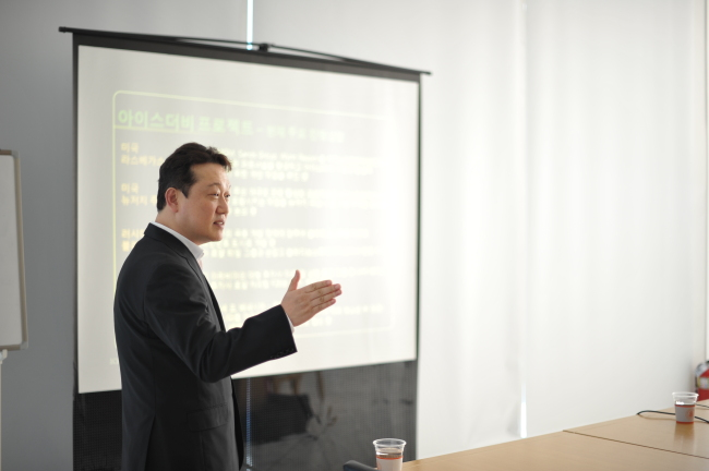 Hyun Do-joung, CEO of Icederby International, speaks about his company's project to launch skating races on which people may bet in Las Vegas, Nevada, and Vladivostok, Russia, in a press conference at the company's office in Seoul on Monday. (Icederby International)