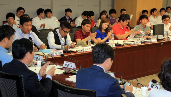 A group of ruling party lawmakers and student representatives from 25 universities meet on school tuition last month. (Yonhap News)